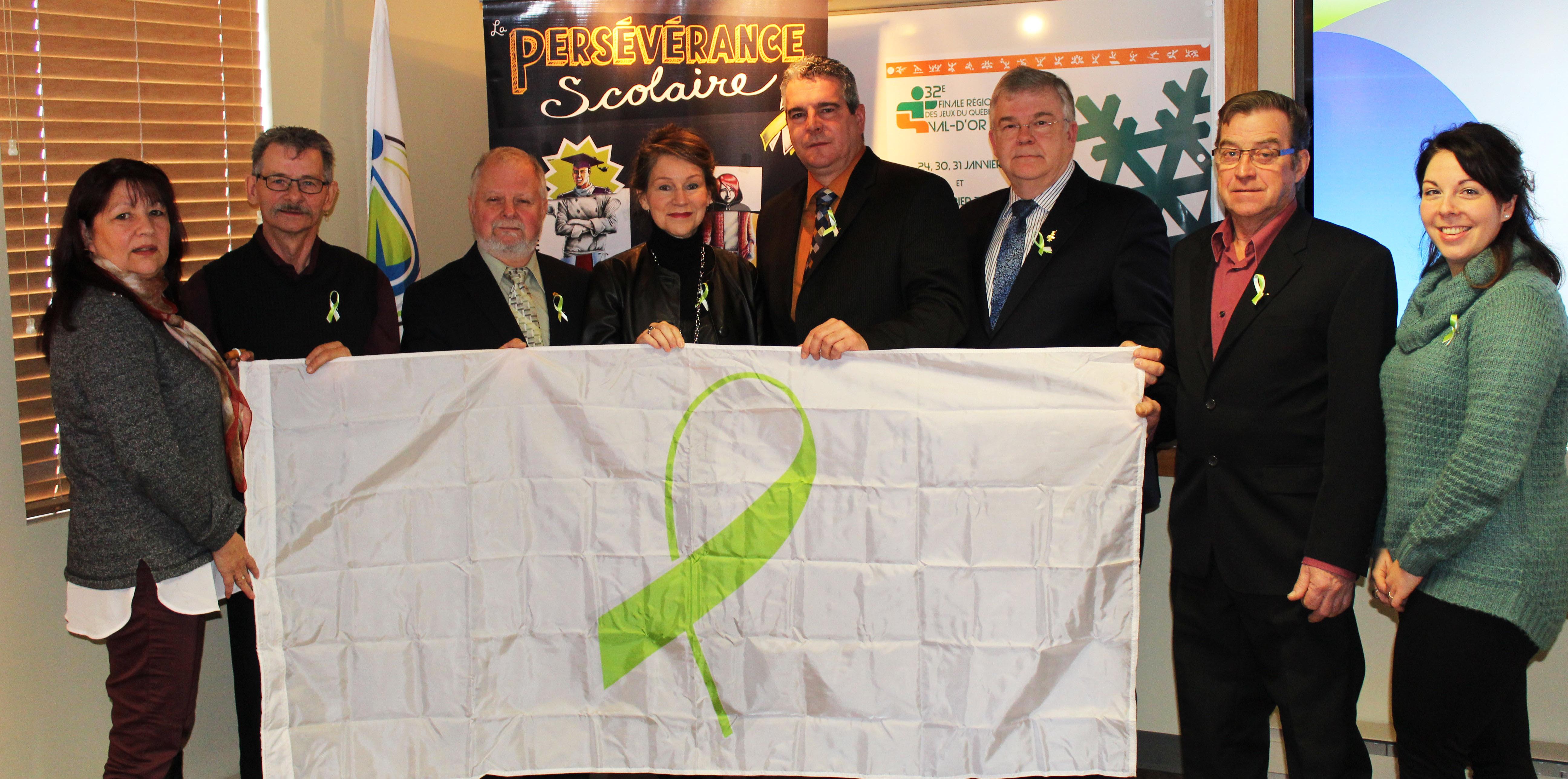 Les élus de la MRCVO hissent le drapeau de la persévérance scolaire !